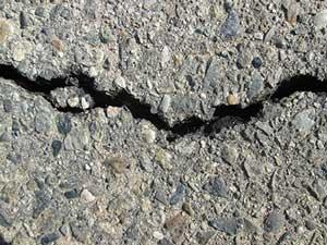 fissure dans l'asphalte et nid de poule